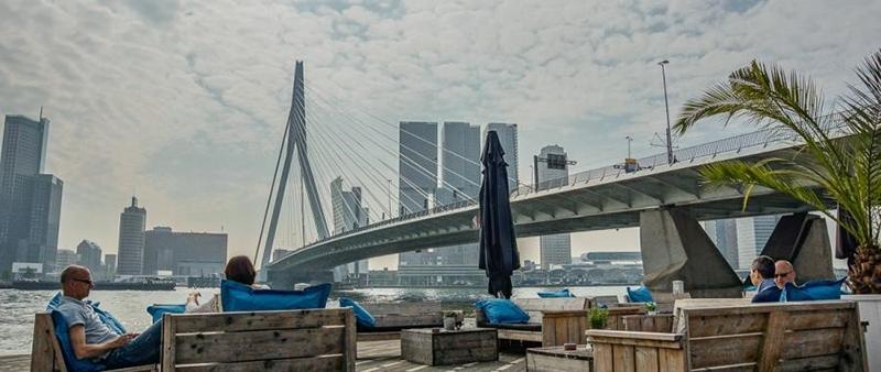 Het mooiste terras van Rotterdam ligt aan de Erasmusbrug - Bar Restaurant Prachtig